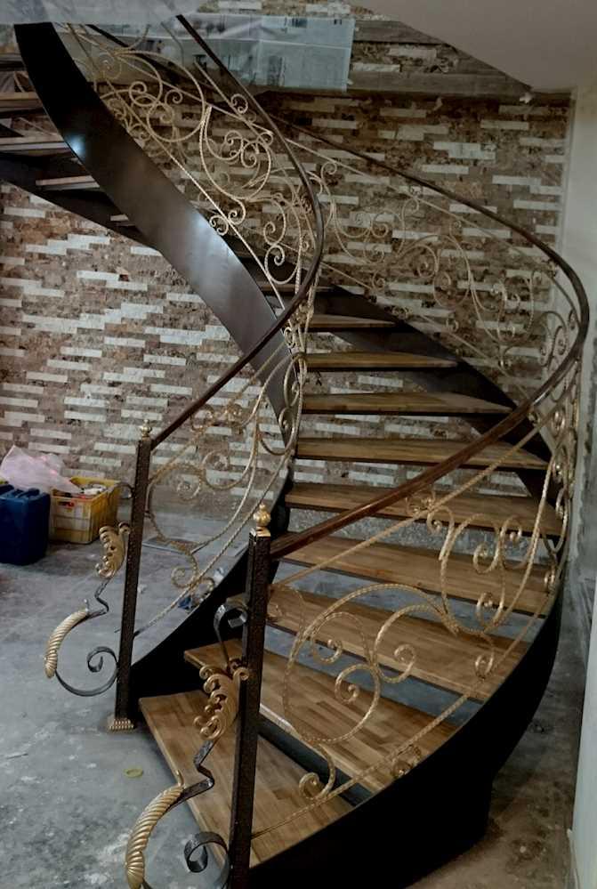 پله گردون فلزی در چمستان
